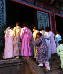 Миряне идут в храм Пульгук-са